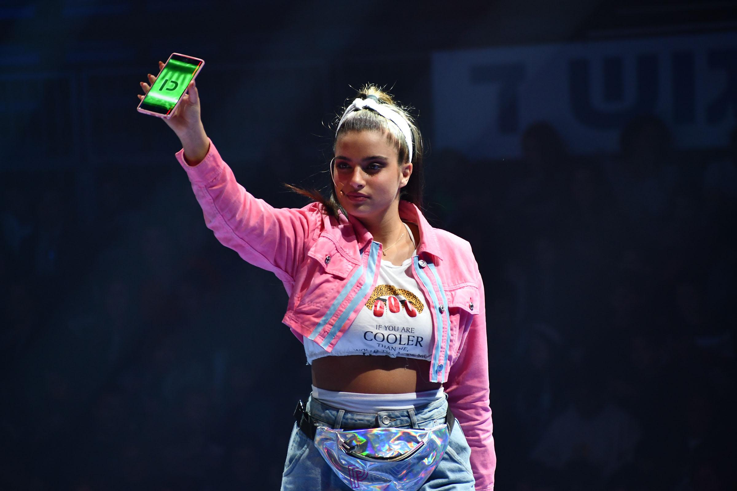 נועה קירל מציגה את האפליקציה לקהל, צילום: שיר קורן